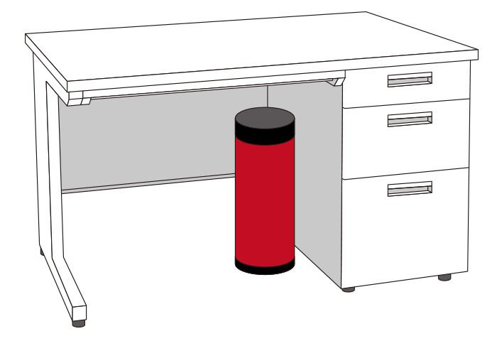 小さなオフィスでも備蓄できるよう、机下のデッドスペースを活用する形に設計しています。また、足元に触れる場所に置くことで、オフィスの防災を日常的に意識付けできます。