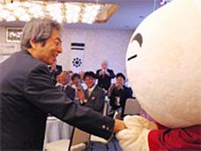 細川元首相と握手するゆうさいくん
